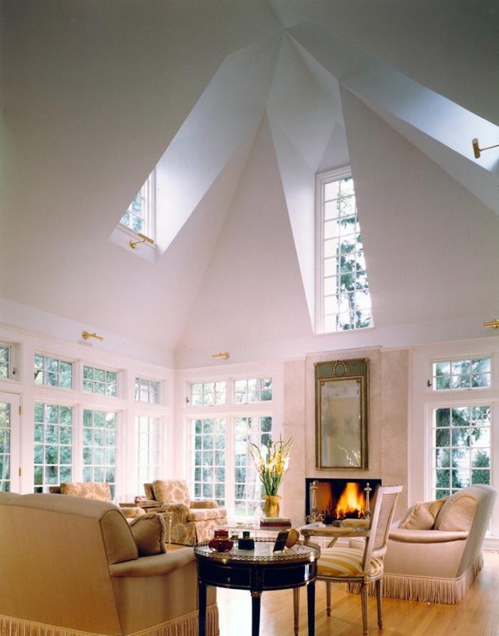 modèle de plafond à design originale avec pentes et fenêtres, amenagement salon traditionnel avec accents moderne