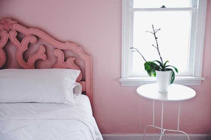 quelles couleurs combiner dans une chambre féminine, idée deco chambre romantique aux murs rose avec meubles blancs