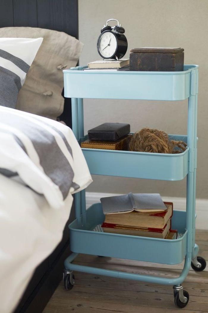 meuble de nuit, idee de table ikea de nuit de couleur bleue pour ranger livres, réveil et objets de première importance