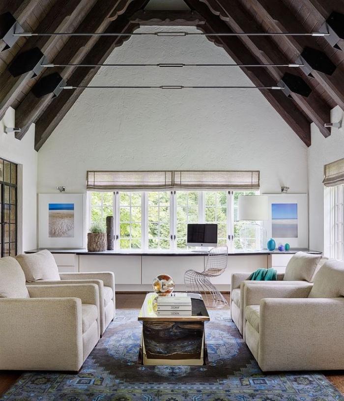 exemple de plafond haut à deux pentes couvertes de planches et poutres bois foncé, idée deco salon cosy en blanc et bois