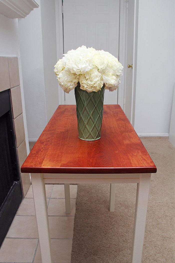 Table dans la cuisine avec vase pleine de fleurs blanches, quelle peinture pour repeindre un meuble en bois, relooking meuble