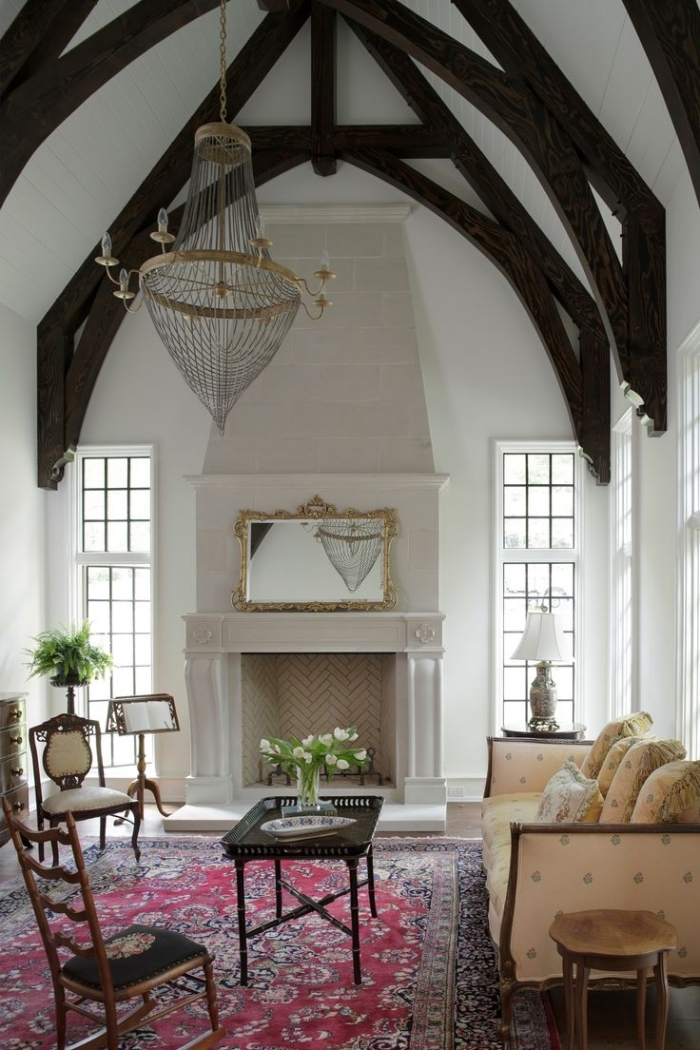 comment décorer un salon blanc avec poutres bois foncé et meubles rétro chic, modèle de toit cathédrale espace limité
