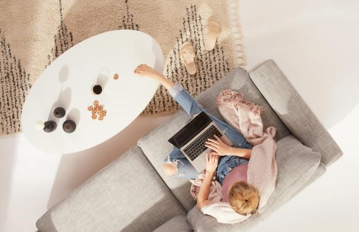 conseils choix de tapis tendance moderne et pratique, modèle de tapis salon minimaliste en beige et noir en matière douce