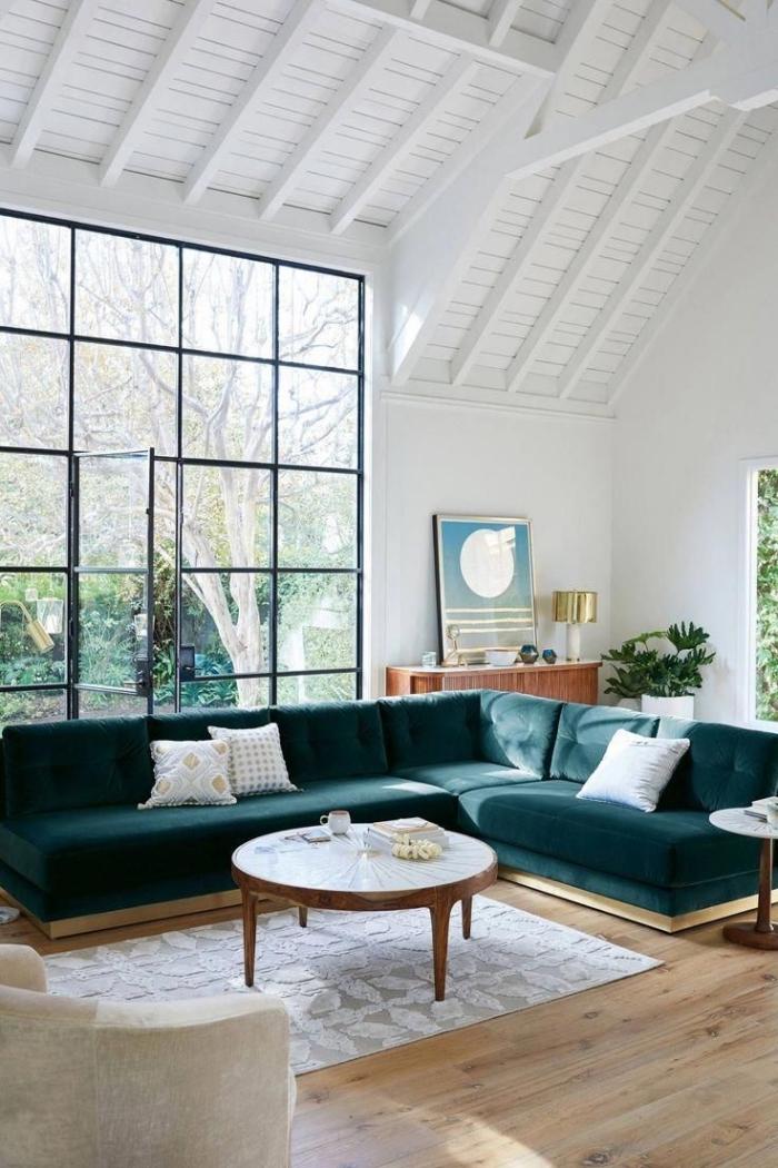 idée décoration intérieure salon blanc avec sol en bois et meubles en velours, modèle plafond à deux pentes en bois blanc