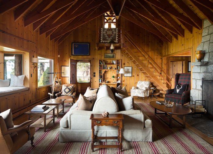 Canapé avec deux côtés, interieur chalet, déco salon cocooning, deco rustique chalet, grand tapis pour le salon