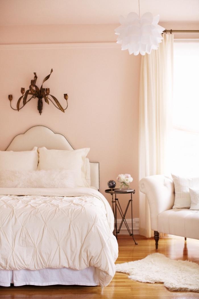 comment décorer une chambre en couleurs neutres, peinture de couleur rose pale dans une chambre cocooning
