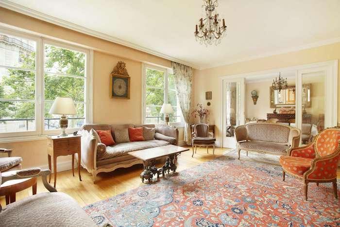 peinture mr salon nuance beige clair, idee deco salon de luxe exuberant, tapis oriental, canapés gris, fauteuil rouge, accents deco vintage