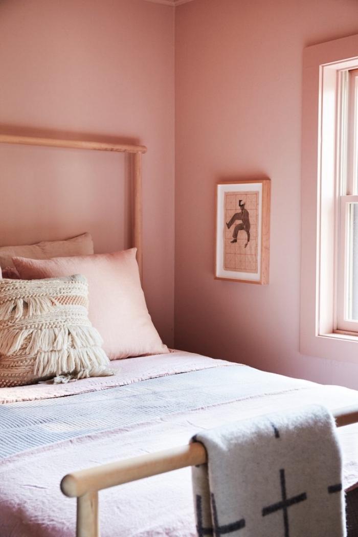 aménagement petite chambre ado fille de style bohème, idée peinture rose pale pour chambre fille avec meubles bois