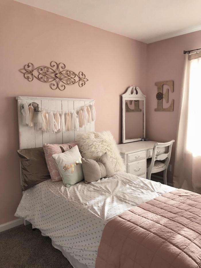 comment aménager une chambre ado fille, idée peinture murale pour chambre fille, deco rose poudré murs et accessoires