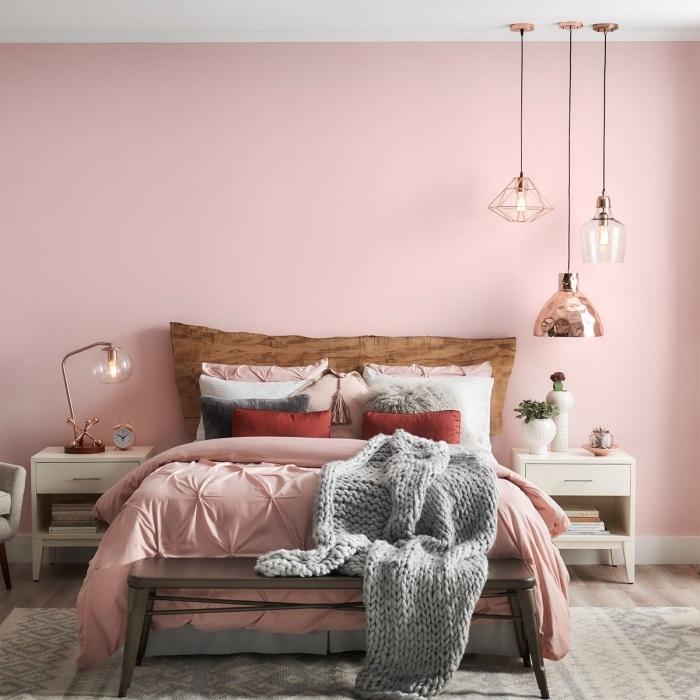 idée chambre gris et rose de style moderne, décoration chambre à coucher aux murs roses avec meubles en bois