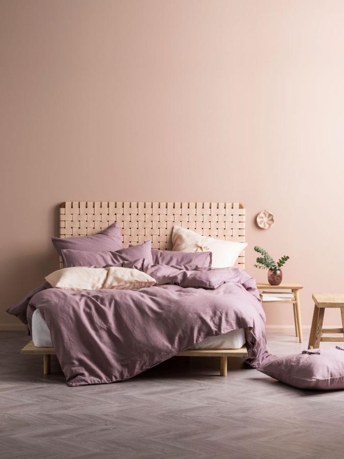 peinture rose pale dans une chambre minimaliste au plancher gris, modèle de tête de lit originale en fibre végétale tressée