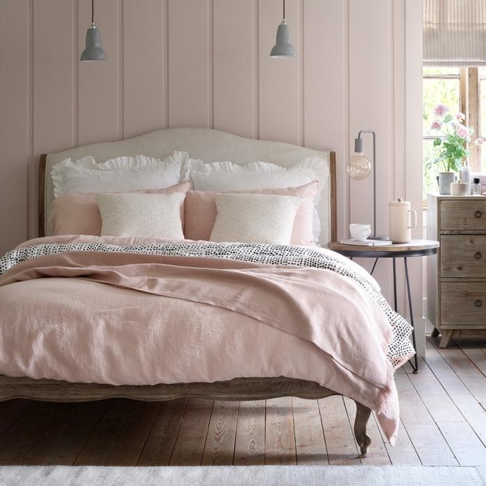 exemple de chambre gris et rose, idée deco rose poudré dans une chambre romantique, couleur chambre adulte