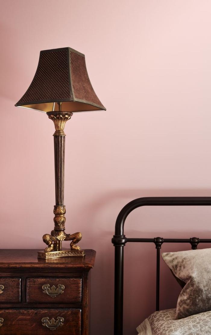 idée couleur peinture chambre, design chambre moderne avec meubles et accessoires de style rétro en bois et métal