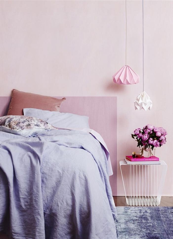 couleur peinture chambre, faire une tête de lit originale avec peinture de couleur rose poudré, exemple chambre moderne en nuances de rose et violet