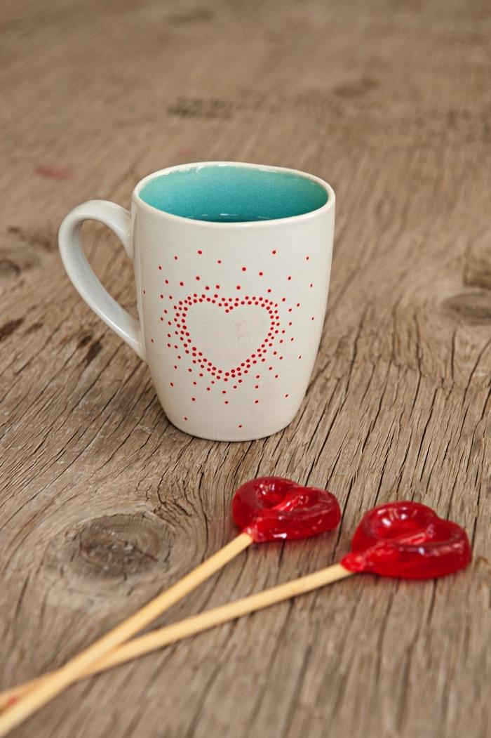 mug personnalisé à coeur de petits pois rouges dessinés au feutre porcelaine, idée de cadeau personnalisé pour la saint-valentin