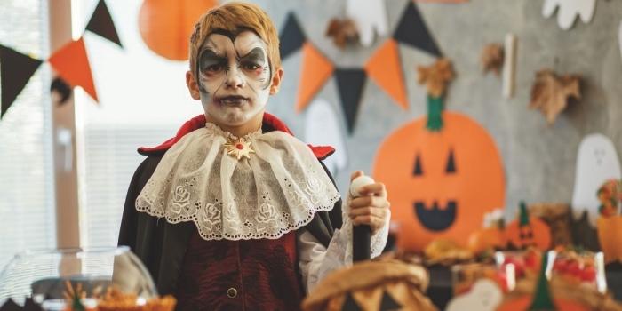 idée déguisement enfant Halloween facile, quel costume et maquillage dracula pour garçon, idée tenue halloween pour garçon