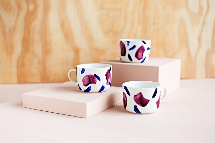 décorer des tasses à café avec de la peinture porcelaine bleu et mauve, peindre des tasses en céramique
