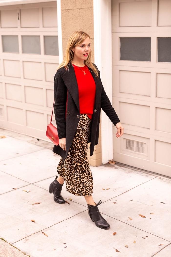 motifs tendances 2019 2020, imprimés léopard mode automne, exemple comment porter une jupe avec pull rouge