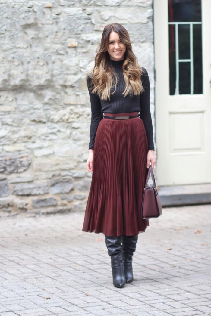 couleurs automne hiver mode femme, modèle de jupe midi plissée bordeaux combinée avec pull noir et bottes cuir