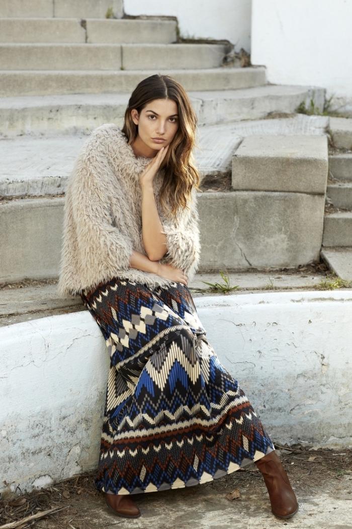 look bohème chic femme hiver, style vestimentaire femme bohème en jupe longue fluide combiné avec top en fausse fourrure