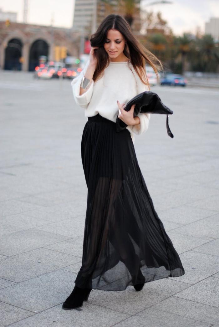 look femme stylé en blanc et noir, idée tenue en jupe plissée longue noire avec pull blanc et bijoux en métal argent