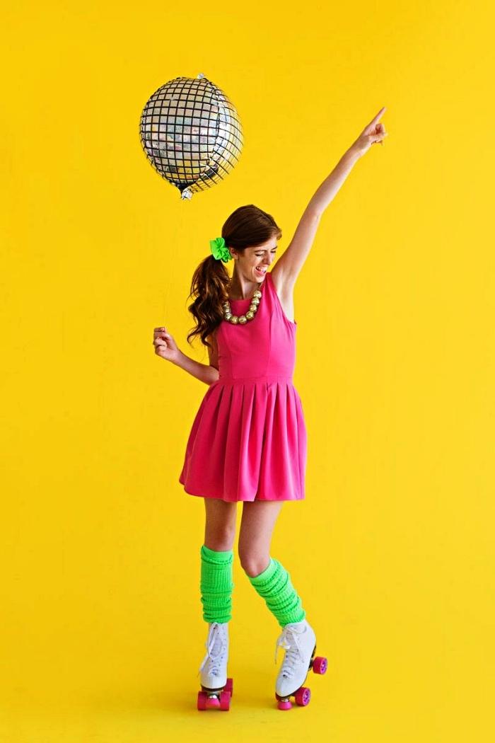 déguisement disco femme composé d'une robe rose, de guêtres vert fluo et de patins à roulettes