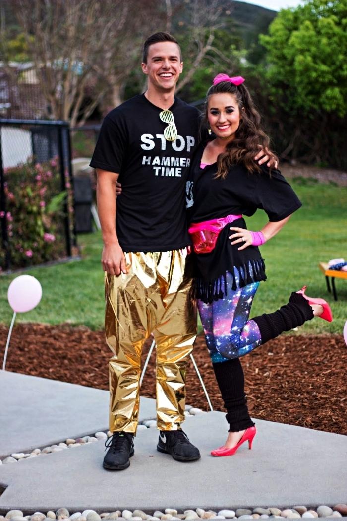 deguisement disco homme composé d'un simple t-shirt noir et d'un pantalon métallique or, tenue disco pour femme avec legging galaxie, t-shirt à franges et sac banane rose fluo