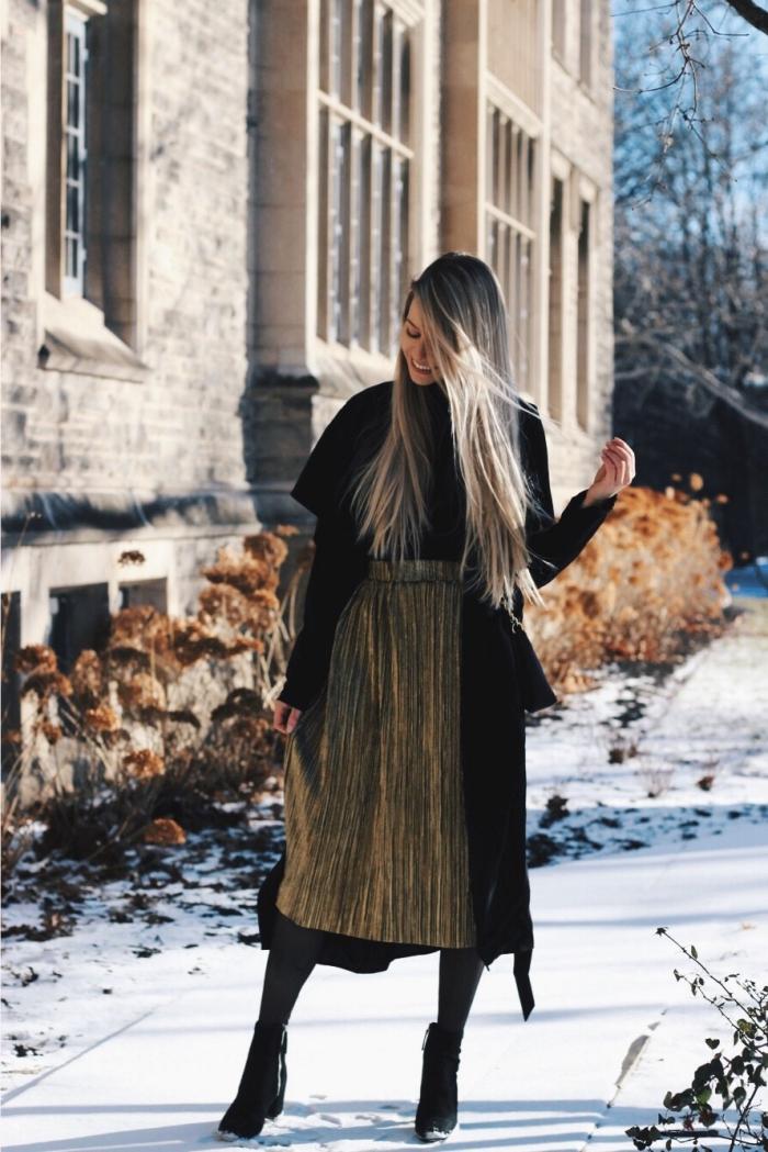 look femme stylé en jupe midi plissée à effet métallisé, modèle de manteau long noir femme, idée tenue facile hiver
