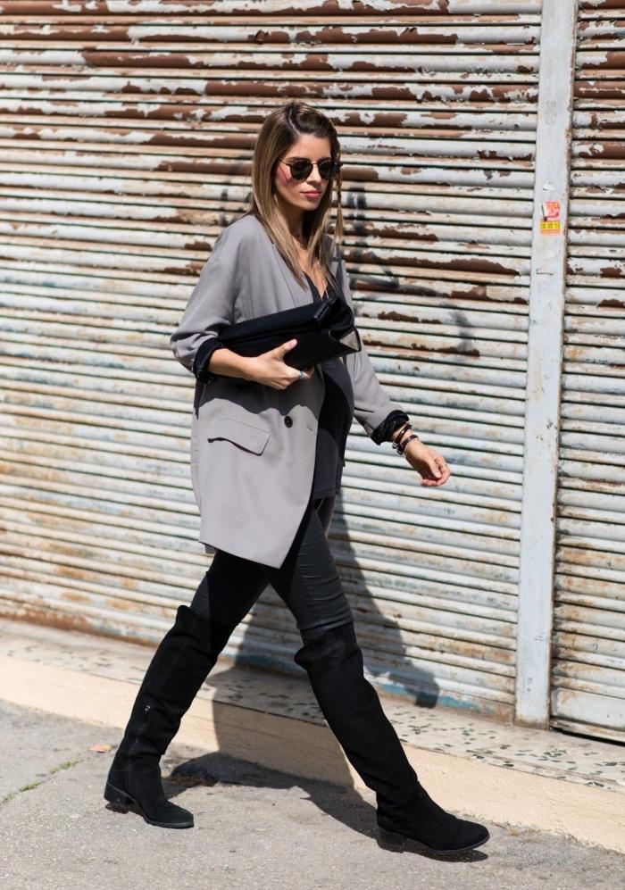 idée pantalon grossesse en noir, tenue femme stylée enceinte en vêtements noirs avec blazer oversize en gris clair