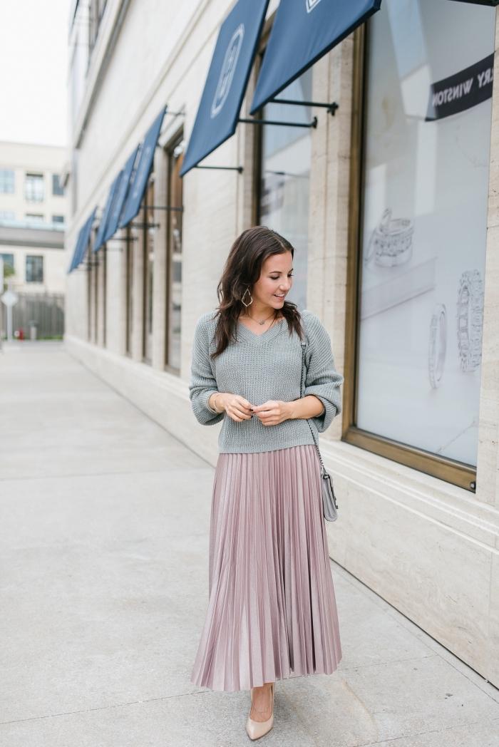 comment assortir les couleurs de ses vêtements, look casual chic en jupe plissée longue rose pâle et blouse grise