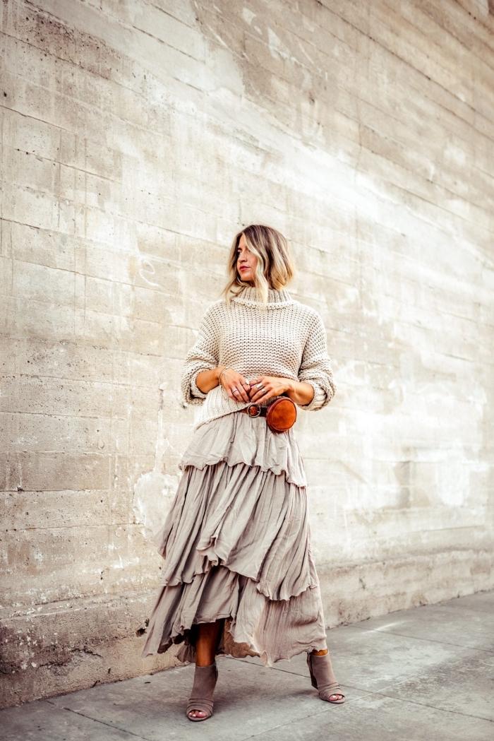 modèle de jupe longue en gris clair coupe asymétrique, idée tenue chic femme hiver avec pull-over et jupe longue