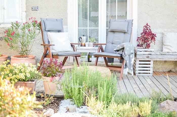 Simple idée salon de jardin pour couple qui aime les plantes vertes, presse à café, chaises pliables