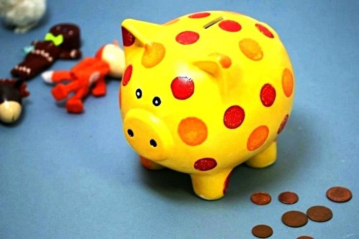 idée de cadeau personnalisé, tirelire cochon peint en jaune et rouge, activité manuelle avec peinture à porcelaine