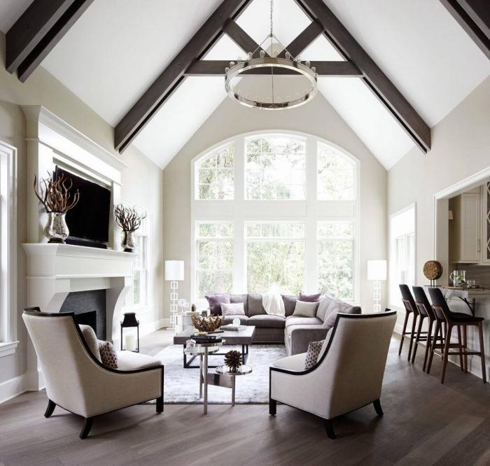 deco salon moderne en couleurs neutres, design intérieur moderne dans une pièce beige avec plafond à deux pentes