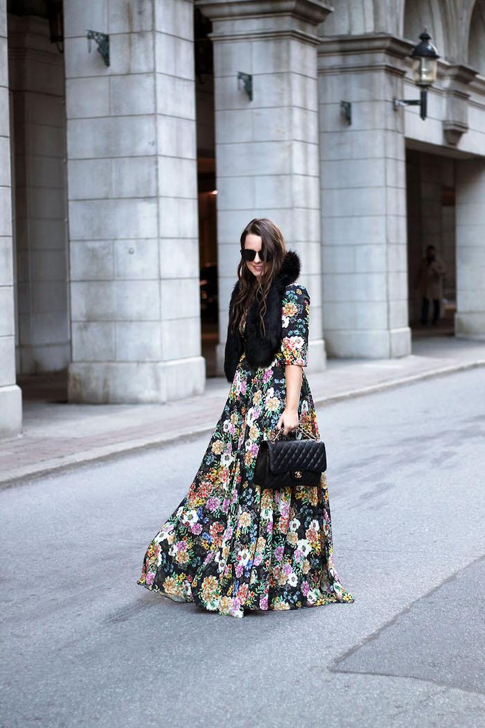 Idée comment porter une robe longue fluide, tendance hiver 2020, tenue femme à la mode, robe fleurie manche longue