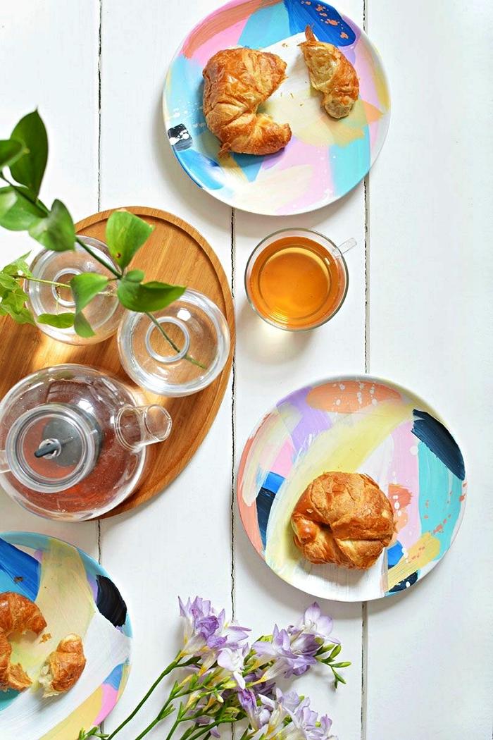 assiettes effet aquarelle personnalisées avec de la peinture pour céramique, idée pour personnaliser sa vaisselle
