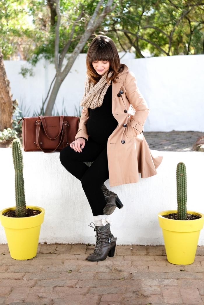 modèle de manteau grossesse long de couleur beige, look automne femme enceinte en pantalon et blouse noirs