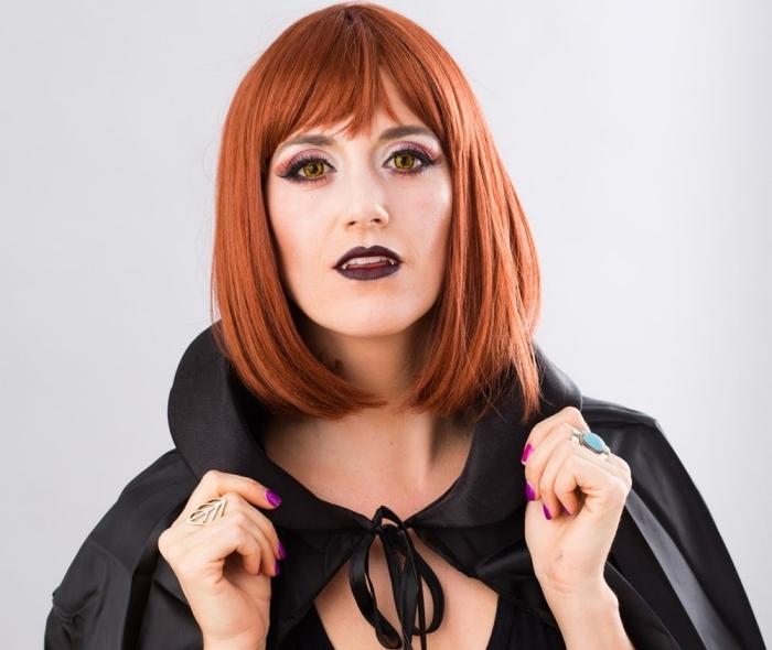 exemple de maquillage halloween simple pour femme, pas à pas makeup avec rouge à lèvre noir et lentilles de couleur