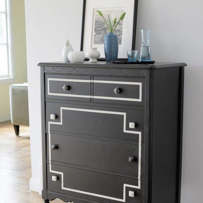 Idée comment peindre un rose commode en noir avec motif géométrique en blanc, peinture renovation meuble, belle décoration maison meubles vintage