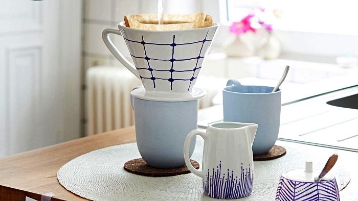 customiser sa vaisselle blanche avec du feutre pour porcelaine, tasse à café graphique en bleu et blanc décorée au feutre à porcelaine
