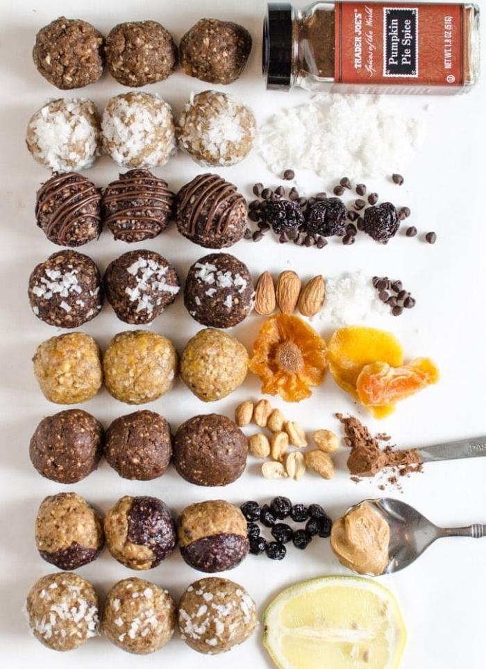differentes variétés des boules d energie aux flacons de noix de coco, fruit secs, pepites de chocolat, cannelle, noix, beurre de noix