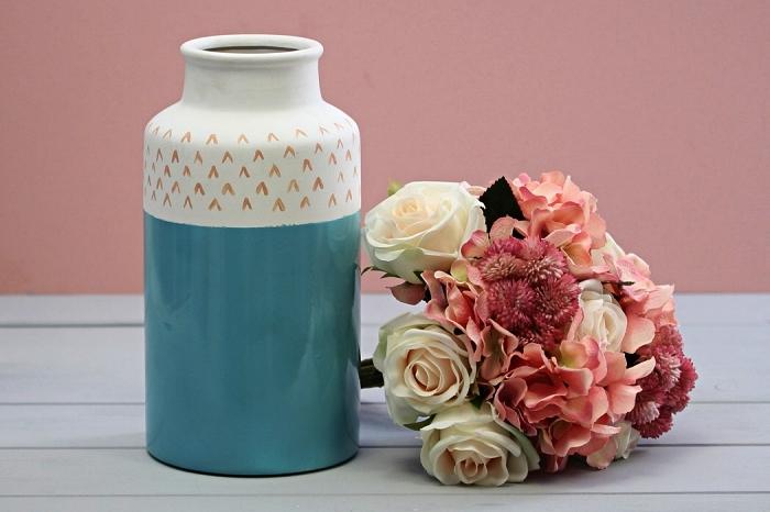 vase céramique en blanc et bleu décoré avec de petits motifs graphiques au feutre porcelain