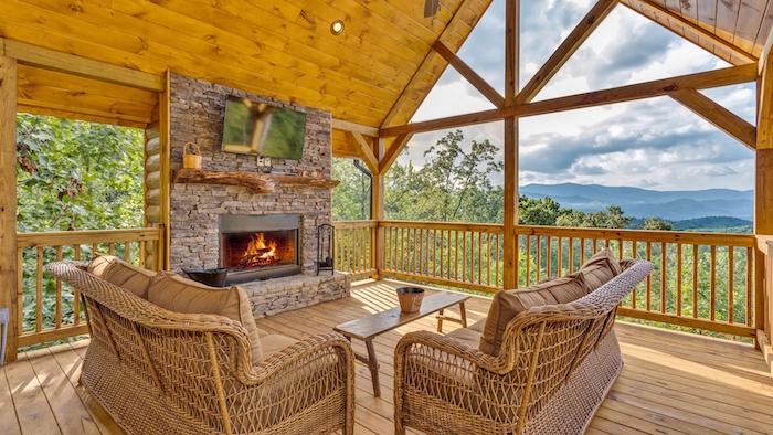 Grande véranda vitré avec magnifique vue, salon en bois et pierre, cheminée avec feu chaleureuse, chalet moderne, déco chambre cocooning en bois cosy