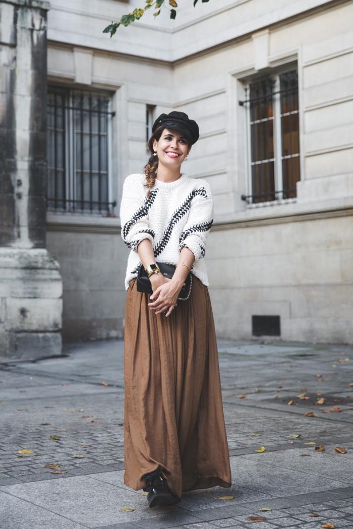 mode femme hiver, idée tenue chic femme en jupe longue et pull over, modèle de jupe longue plissée en marron