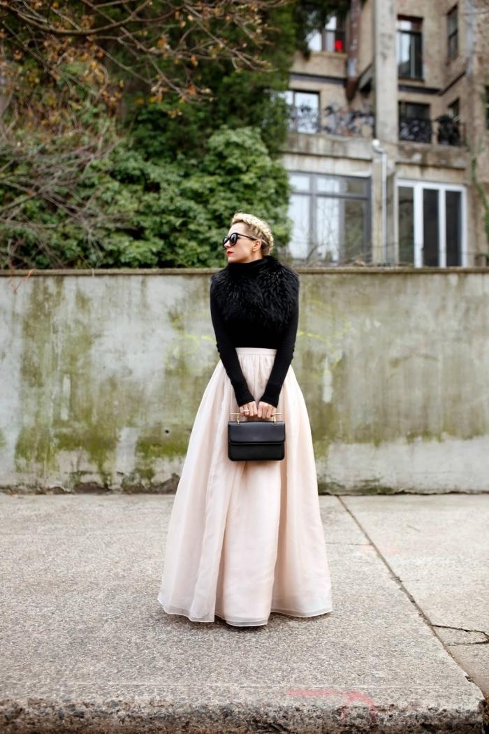 idée comment bien s'habiller, modèle de jupe longue fluide couleur rose pastel combinée avec blouse noire manches longues