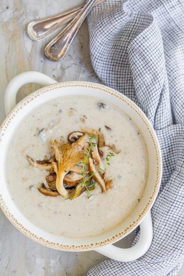 velouté de champignon maison à faire soi meme, souep cremeuse aux oignons, champignons avec thyme et tranches de champignon pour decorer