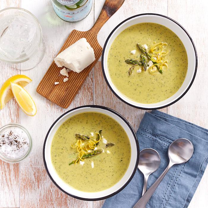 recette facile pour faire une soupe aux légumes avec des asperges et épinards garnie de fromage de chèvre et zeste de citron