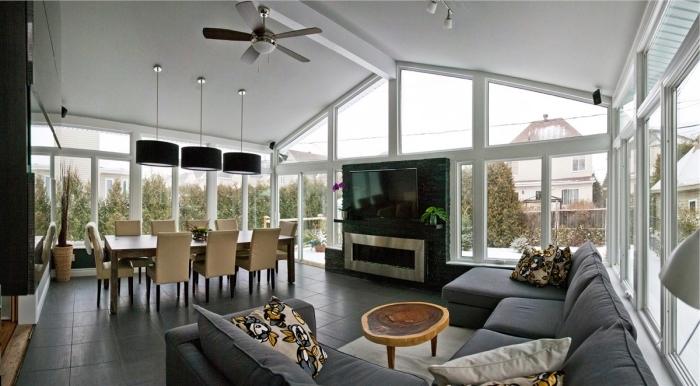 comment aménager un salon cathédrale de style moderne, idée déco salon ouvert avec meubles en tissu de couleurs neutres