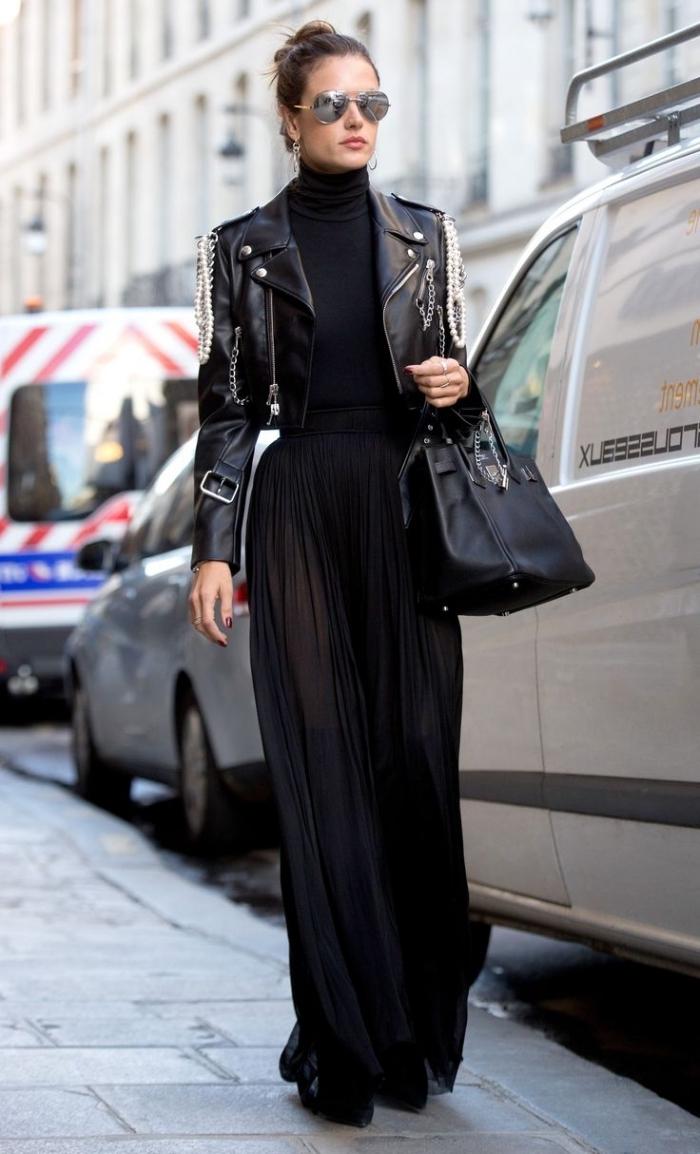 look total noir mode femme hiver, jupe longue d'hiver, comment porter une jupe longue fluide en noir avec veste simili cuir court et pull noir