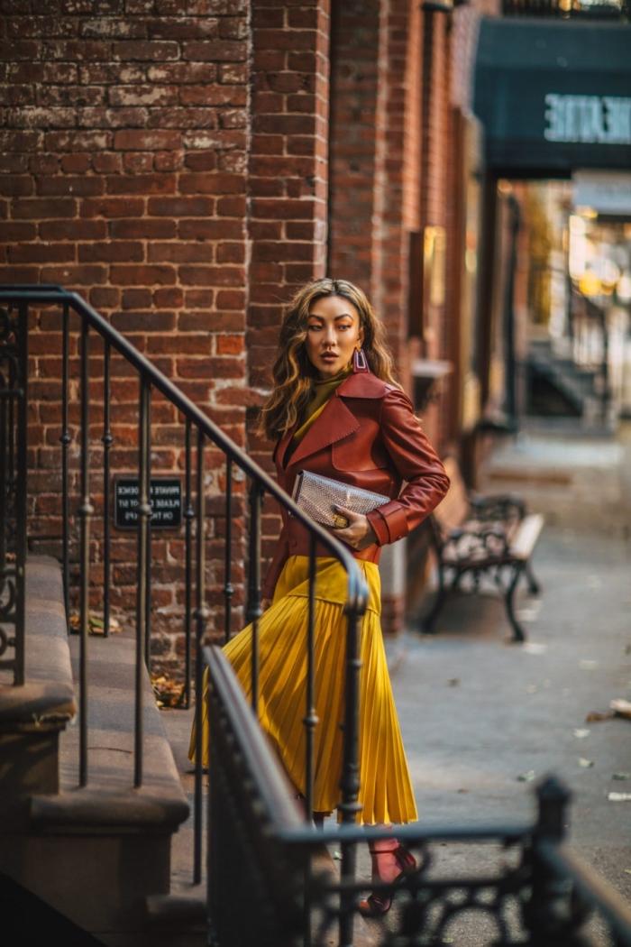 comment bien s'habiller en automne femme, look stylé en jupe longue fluide dorée combinée avec veste simili cuir